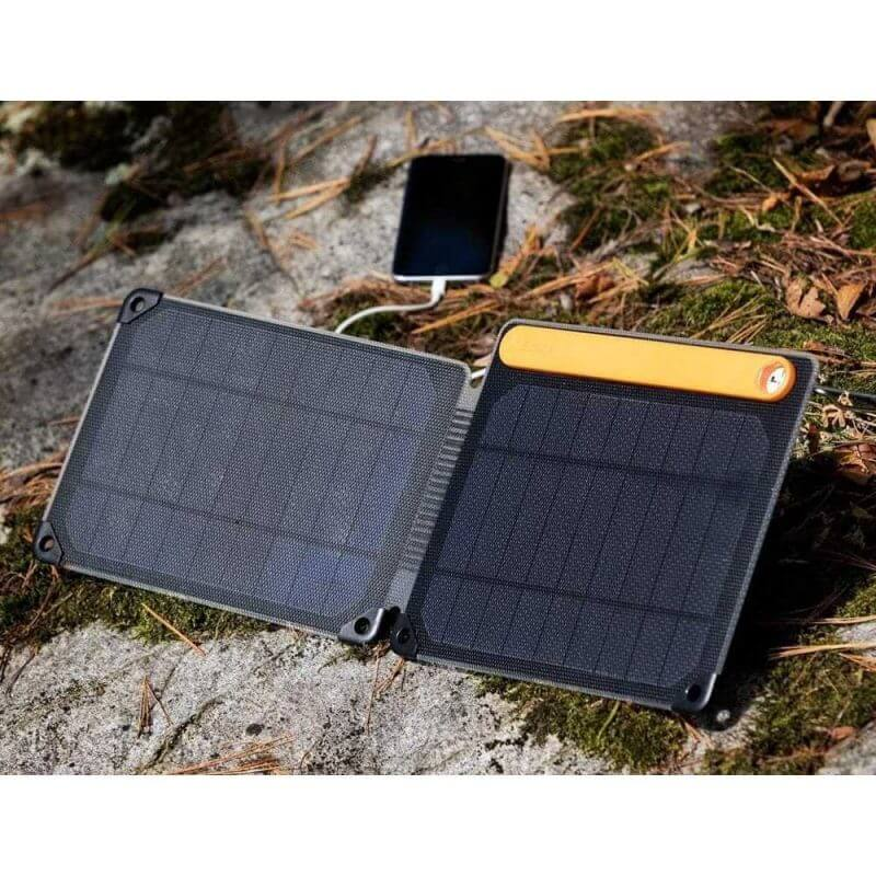 BioLite SolarPanel 10+ portabel solpanel, med mobil som laddar