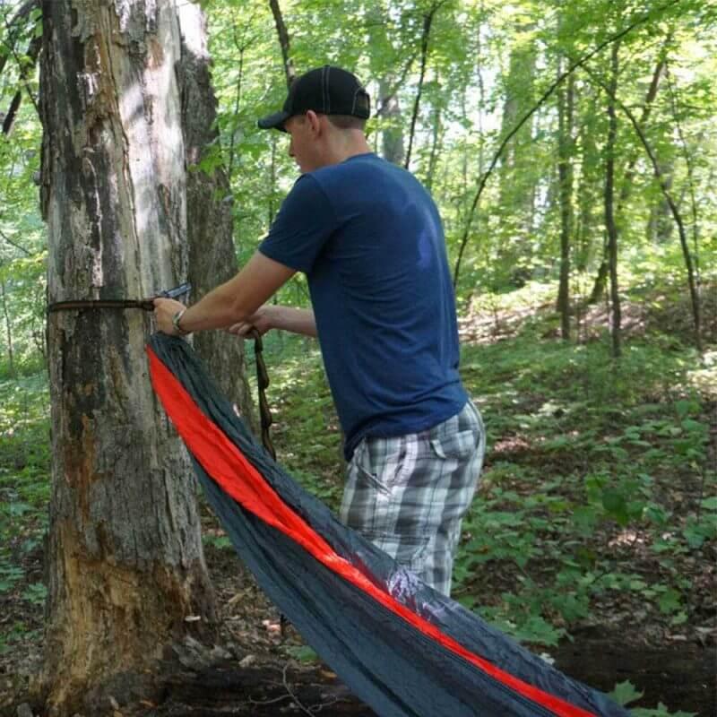 ENO DoubleNest Hammock - Marin och Röd hängandes i ett träd