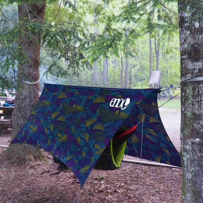 ENO ProFly tarp – Print Tribal Retro, upphängd i skogen
