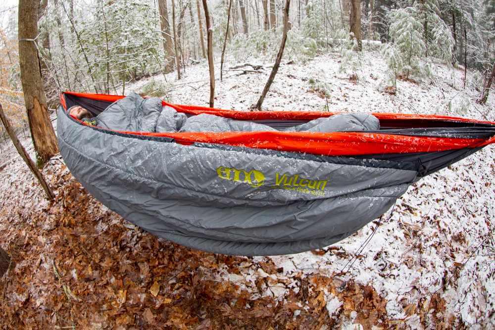 ENO Vulcan Storm UnderQuilt till hammock med en person som ligger i den