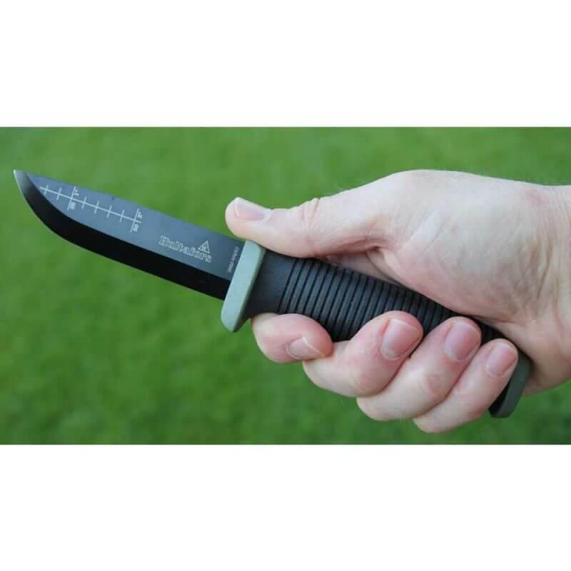 Hand som håller Hultafors OK4 friluftskniv