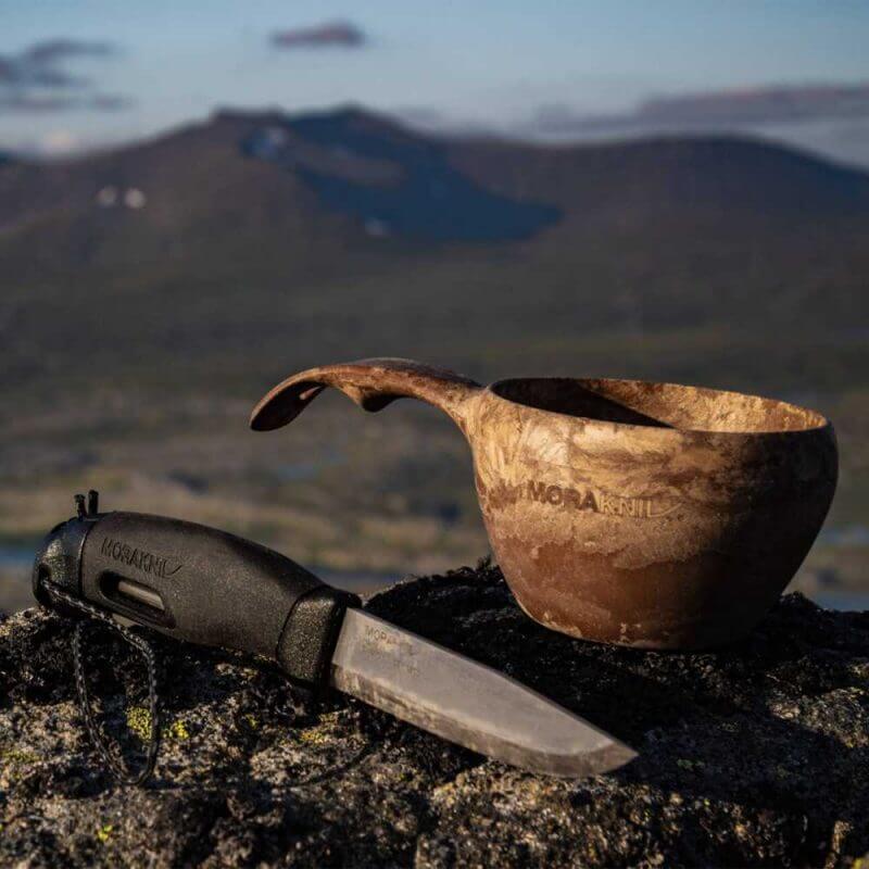 Morakniv® Companion Spark liggandes på ett berg utomhus