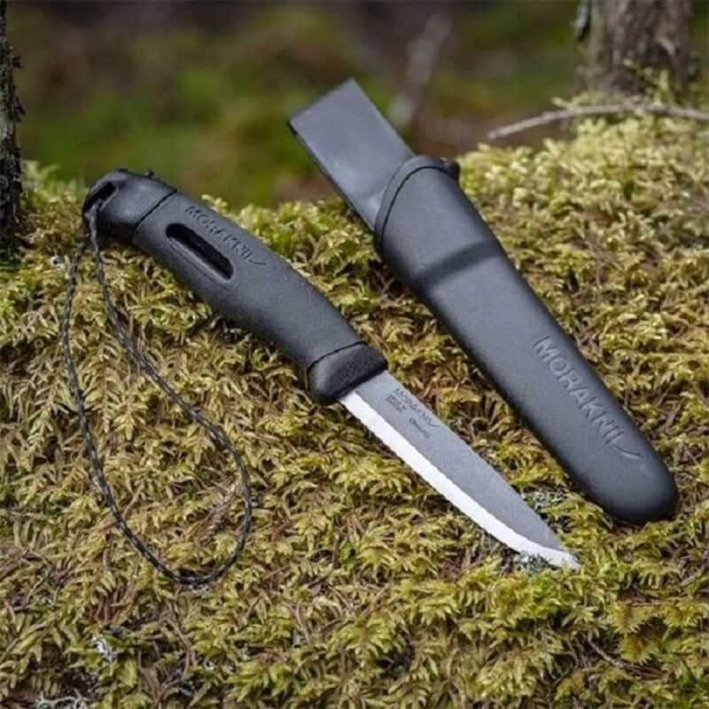 Morakniv® Companion Spark liggandes på en mossbädd
