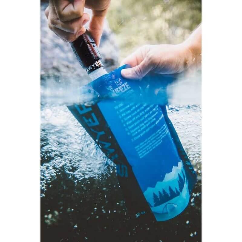Sawyer Micro Squeeze vattenfilter som används i ett vattendrag